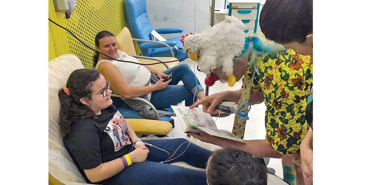 Médico Patch Adams, tema de filme, brincou com crianças em tratamento contra câncer em São Paulo