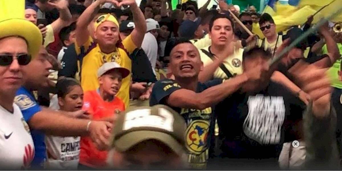 Aficionado del América 'el perro rabioso' acapara la atención en llegada de Ochoa