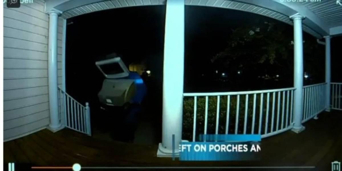 Insólito: Graban a sujeto con un televisor en la cabeza dejando otras teles antiguas en la puerta de diversas casas