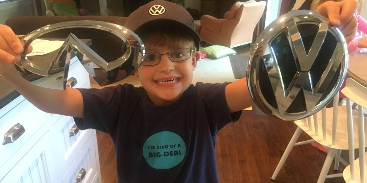 Niño escribió a 50 compañías de autos pidiéndoles una calcomanía, consiguió mucho más que eso