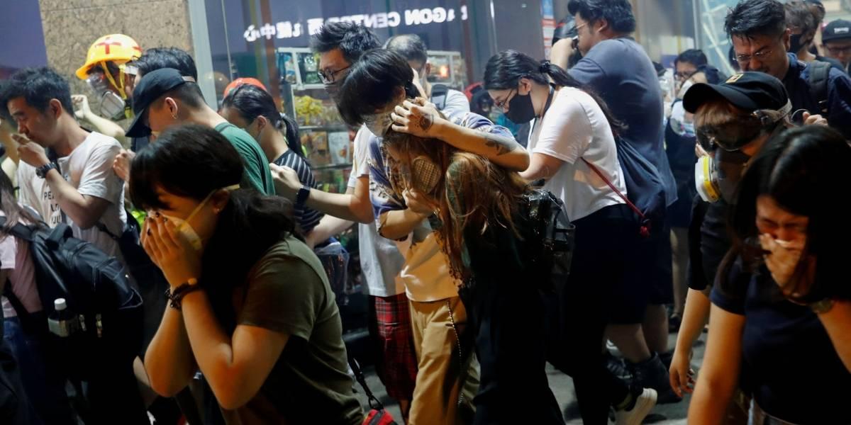 Sob forte chuva, professores aderem a manifestações em Hong Kong