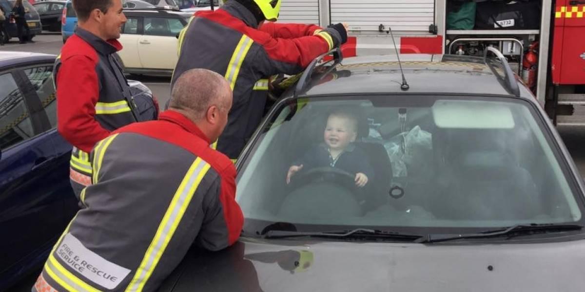 Bebé se queda encerrado en el auto y en vez de llorar, su risa ayudó a que lo lograrán sacar