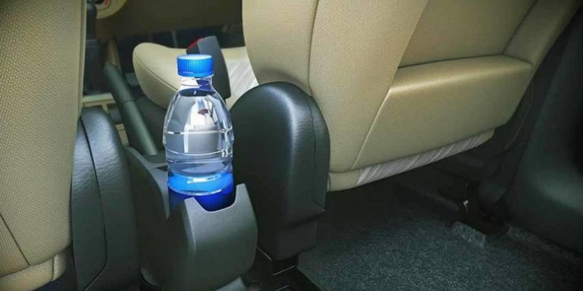 Razones por las que no debes tomar agua de una botella que dejaste en el auto