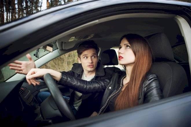 copiloto-parejas-auto-peleas-energia