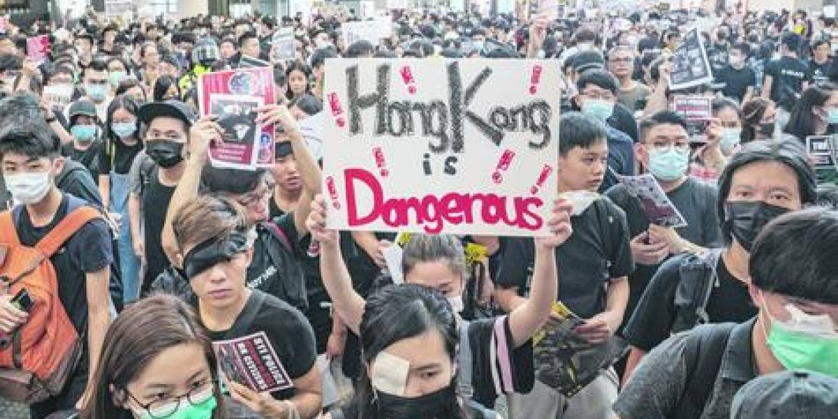 Represión y enfrentamientos por protestas en el aeropuerto de Hong Kong