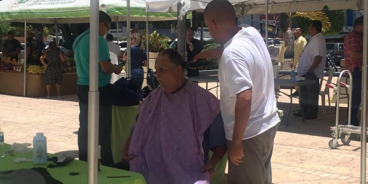 Residentes de Moca y Aguadilla reciben recortes de pelo por confinados en feria de servicios