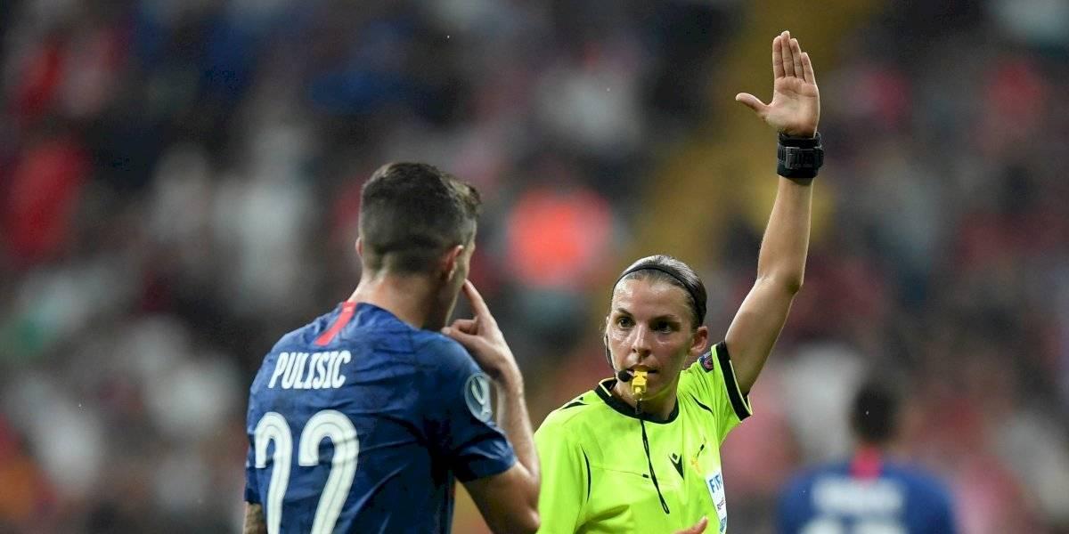 La árbitro se robó el show en el triunfo de Liverpool ante Chelsea