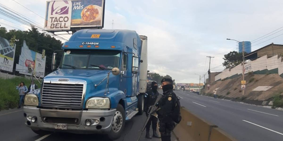 Autoridades inspeccionan tráiler por posible traslado de ilícitos en ruta al Pacífico
