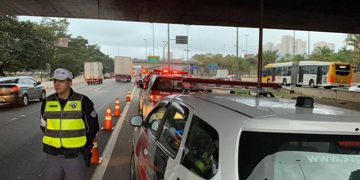 Veículos da imprensa são atingidos por Kombi enquanto profissionais cobriam outro acidente na marginal Tietê