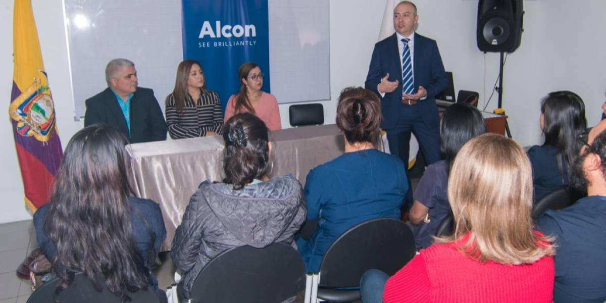 Alcon firma convenio académico con la UMET