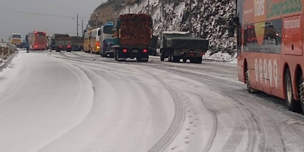 Caída de nieve en Papallacta provoca cierre vial y principio de hipotermia en pasajeros