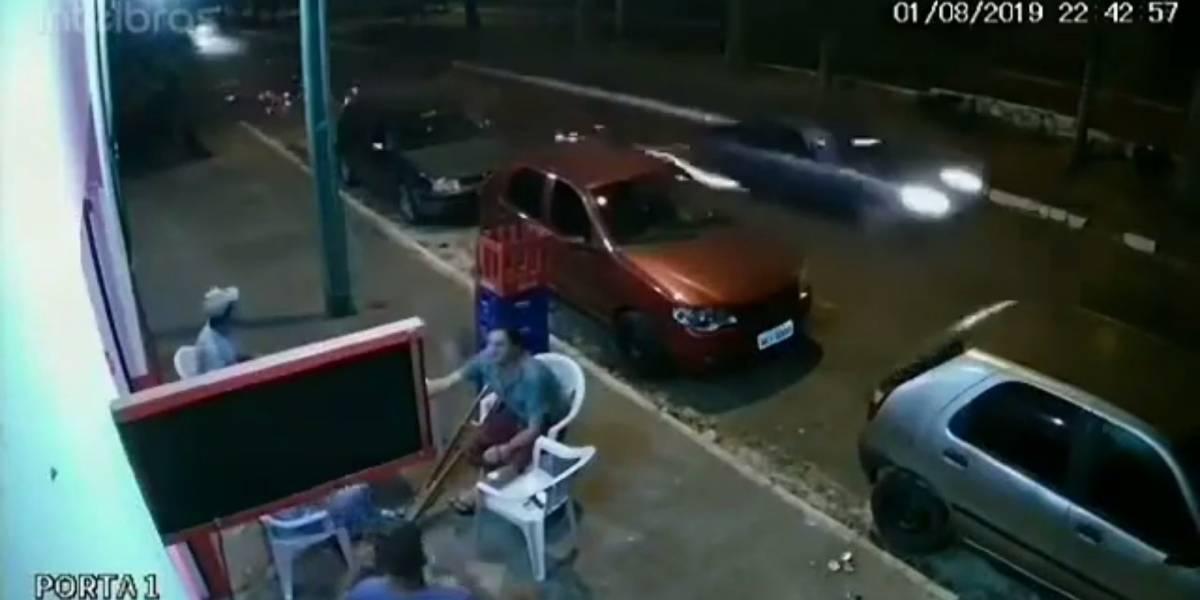 VÍDEO: Homem sobrevive após ser atingido por pneu que se soltou de carro em movimento