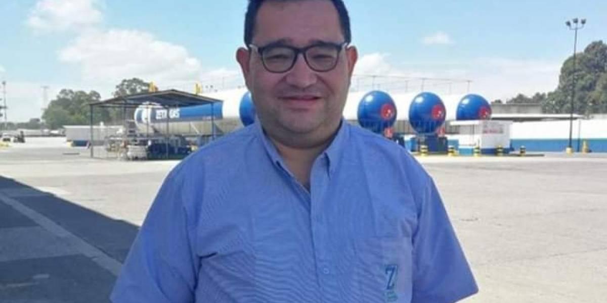 ¡Ya tiene trabajo! Julio Santos solicitaba empleo con un cartel en el Obelisco