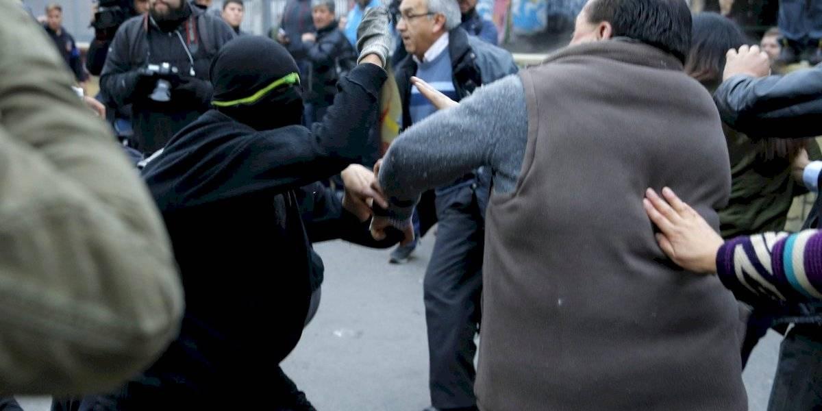 Clases suspendidas, detenidos y revisión de estudiantes en la mira: las consecuencias de un viernes violento en el Instituto Nacional