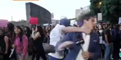 Noquean al reportero Juan Manuel Jiménez que cubría en vivo protesta de mujeres