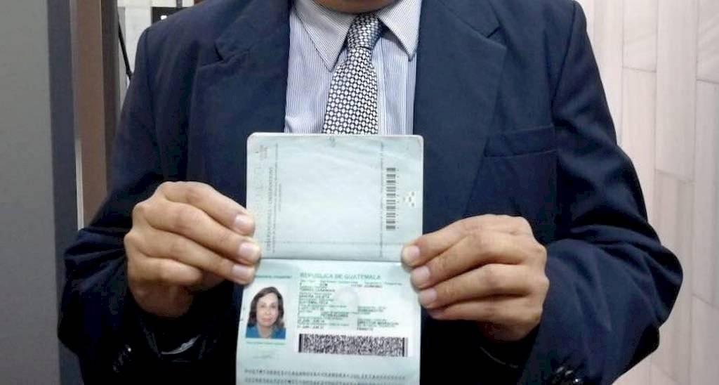 Pasaporte de Sandra Torres, quien se puso a disposición de la justicia. Foto: Alex Valdez