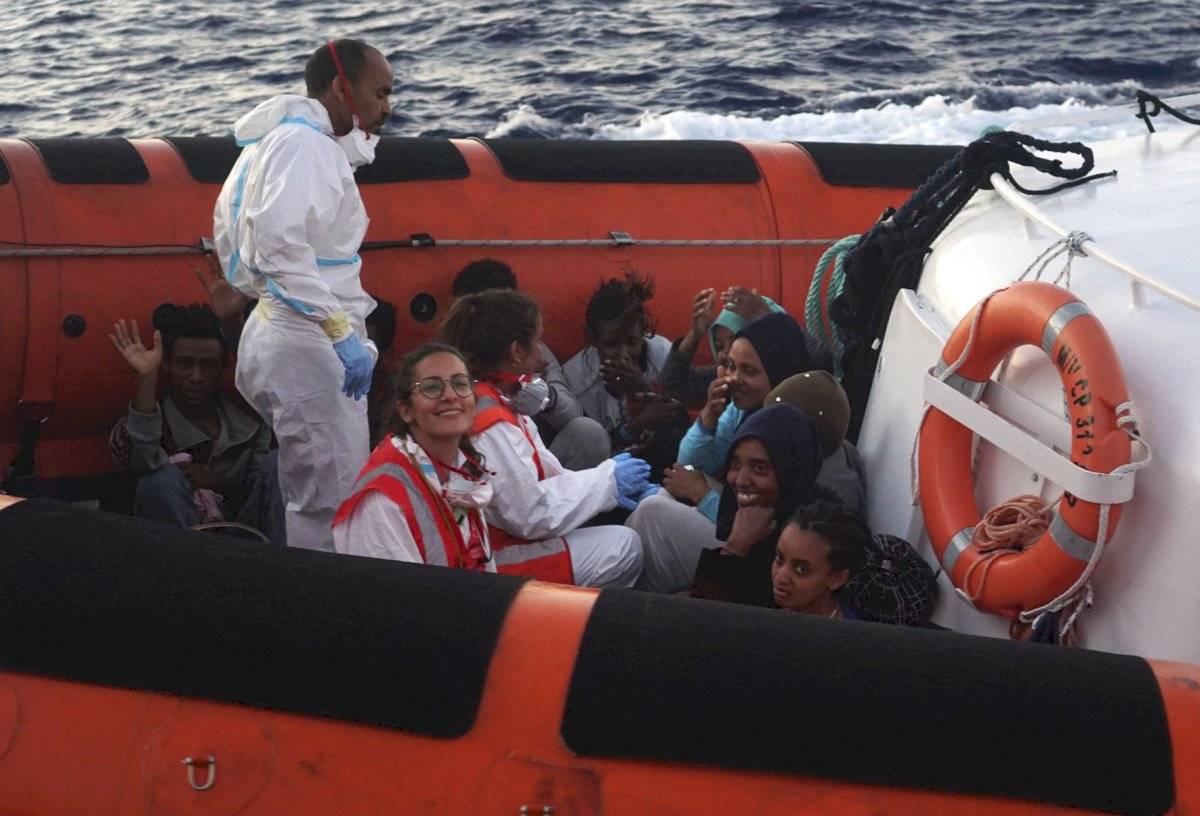 """Migrantes son rescatados del barco humanitario """"Open Arms"""" Foto: AP"""