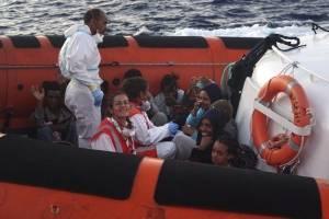 """Migrantes son rescatados del barco humanitario """"Open Arms"""""""