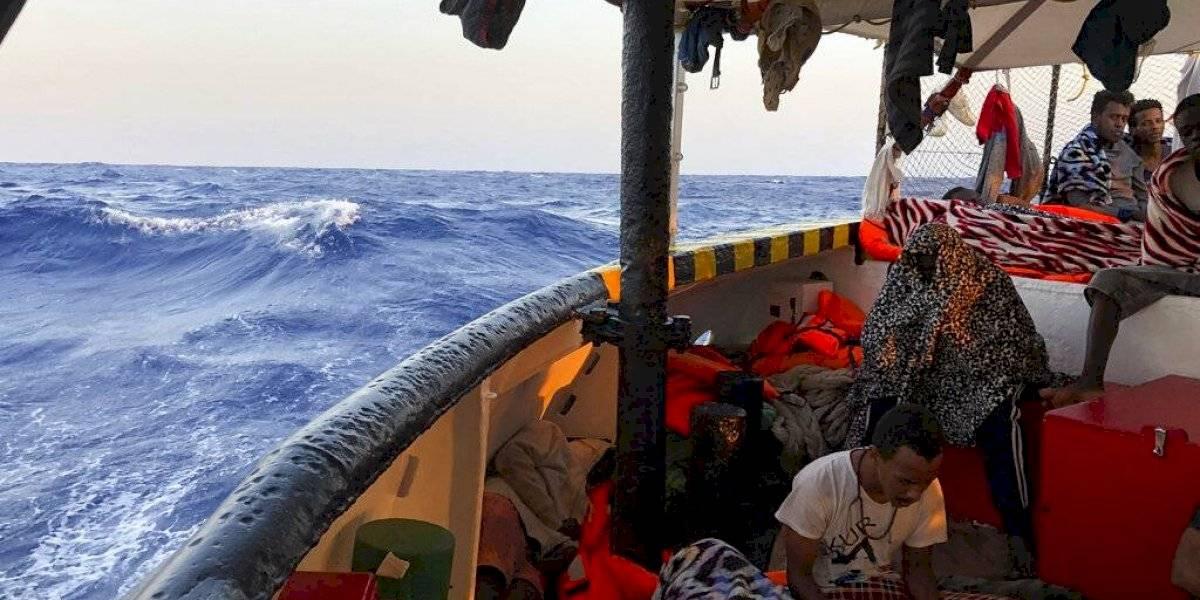 El ministro del Interior de Italia cede y permite el desembarco de niños náufragos