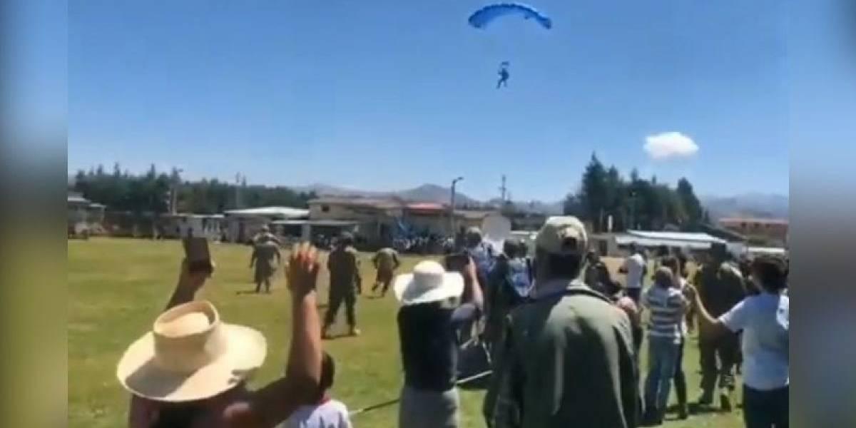 Perú: Instructor de paracaidismo muere durante práctica al caer sobre un campo ferial