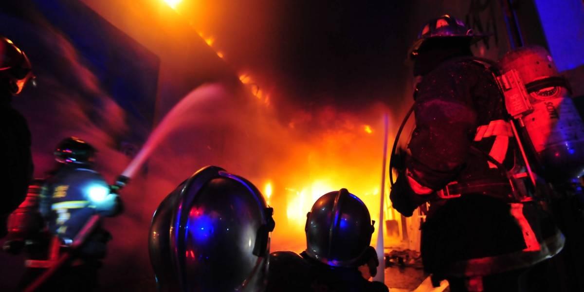 Gigantesco incendio destruyó residenciales y locales comerciales en centro de Valparaíso