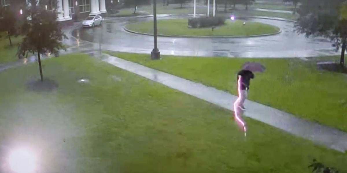 Hombre se salva por centímetros de ser electrocutado por un rayo