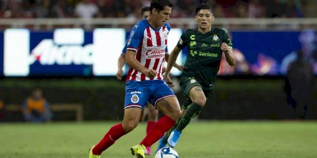 VIDEO: ¡Emotivo momento! Jugador de Chivas llora con su madre tras debutar