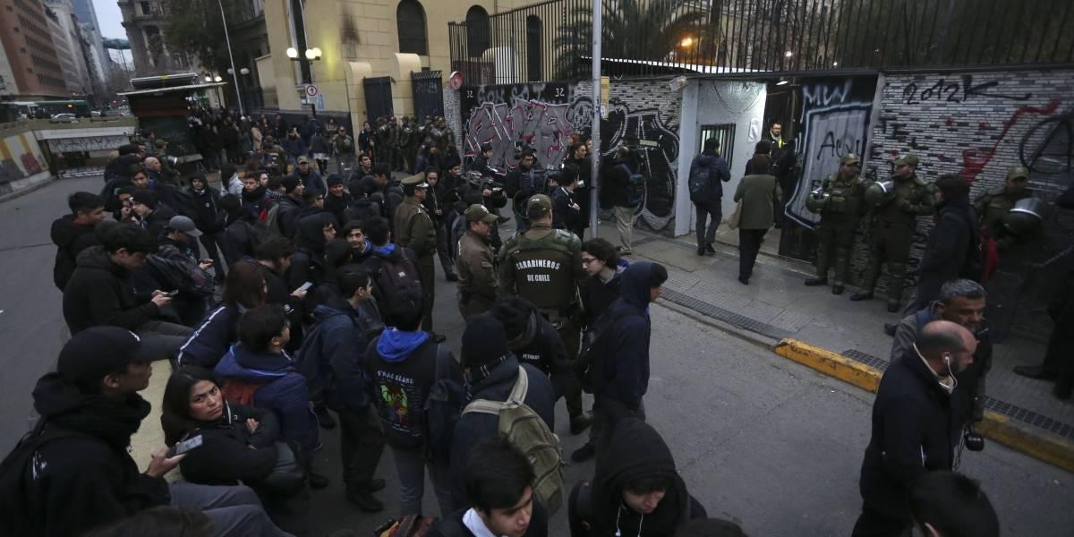 """""""Parece una cárcel"""": Fuerzas Especiales custodiaron ingreso de estudiantes al Instituto Nacional"""