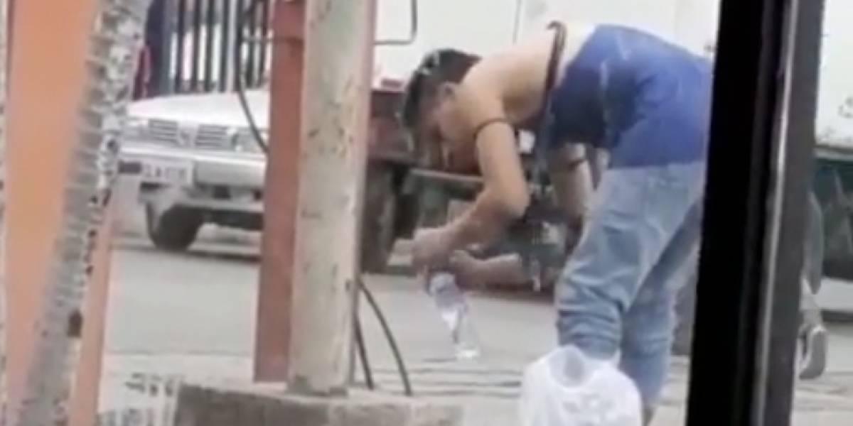 Guayaquil: Captan a hombre llenando botella con agua del grifo para luego venderla