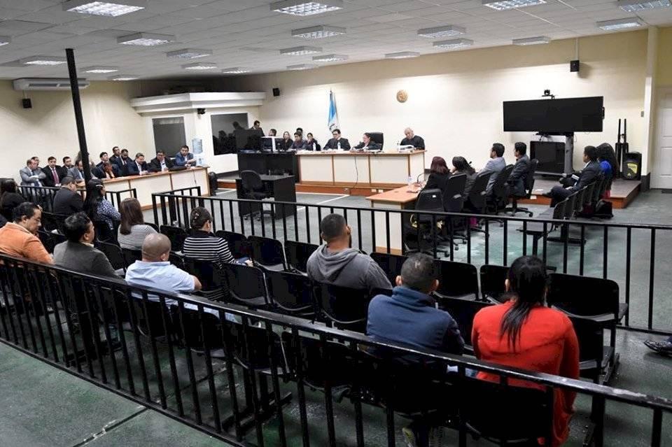 Hijo y hermano del presidente Jimmy Morales escucharon un fallo que les benefició en la Sala de Audiencias de Mayor Capacidad del Organismo Judicial. Foto: Omar Solís