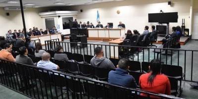 Hijo y hermano del presidente Jimmy Morales escucharon un fallo que les benefició en la Sala de Audiencias de Mayor Capacidad del Organismo Judicial.