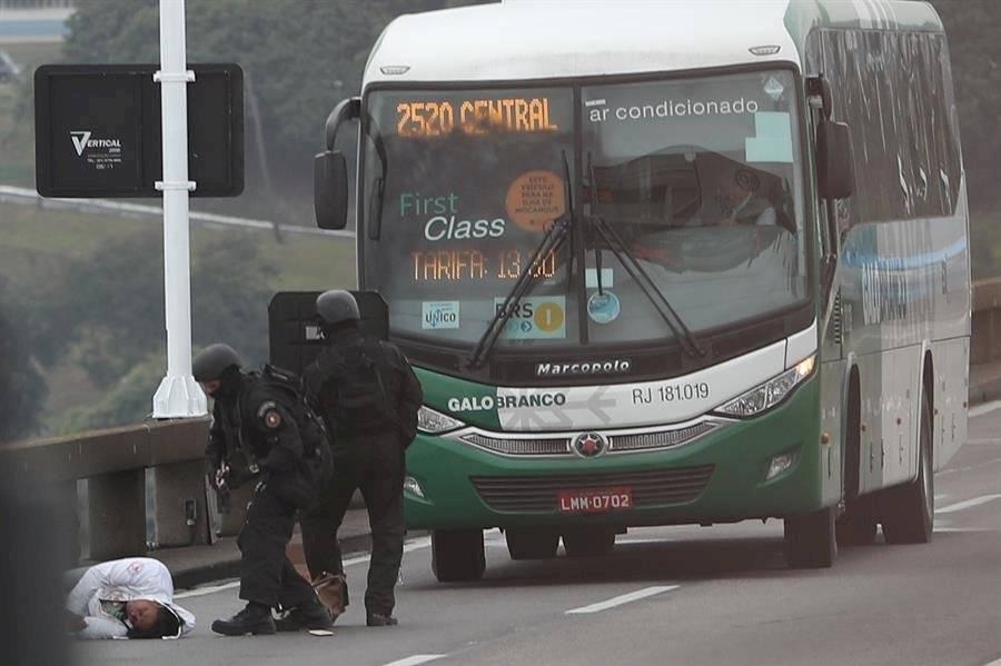 Hombre mantuvo rehenes y amenazó con incendiar un autobús en Brasil EFE