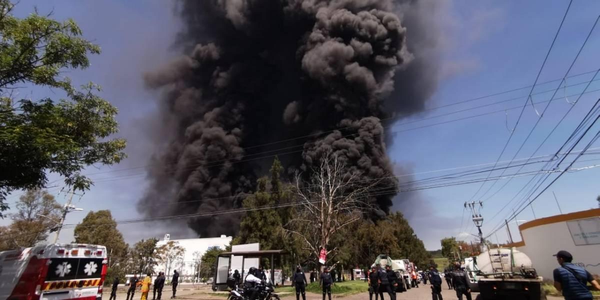 Evacuan escuelas, casas y oficinas por incendio de fábrica en Morelia
