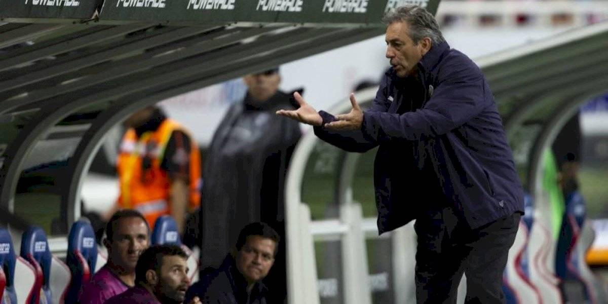 Tomás Boy sale a la defensa de Oribe Peralta — CHIVAS