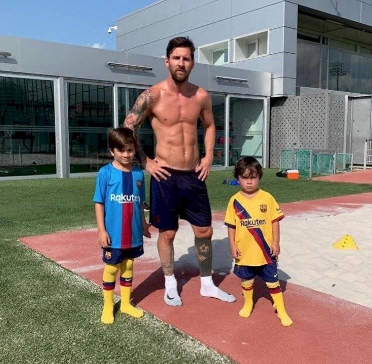 Messi se reincorpora a las prácticas con nuevo look