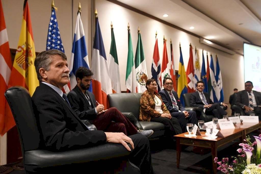 Stephen McFarland, ex embajador de EE. UU., participa en foro de CICIG