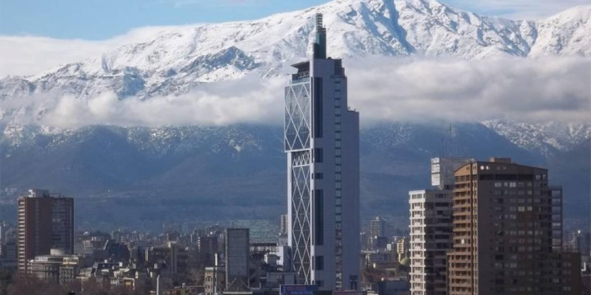 ¿Pero por qué? Telefónica Chile pone en venta su icónico edificio con forma de celular antiguo