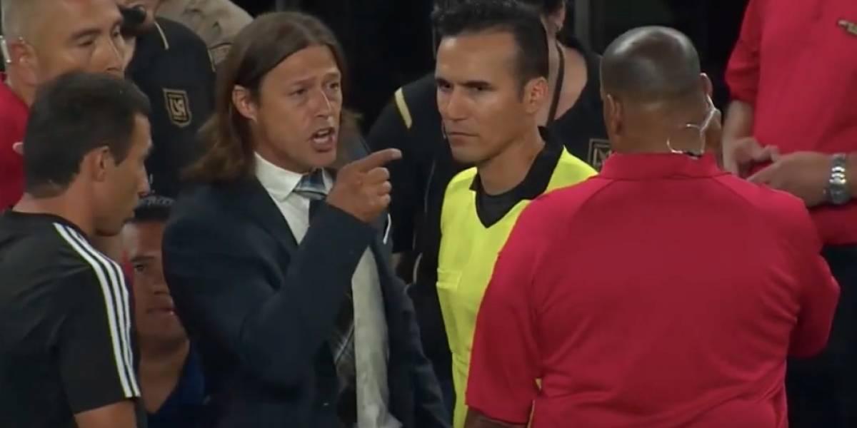 VIDEO: Almeyda enloquece contra el árbitro y va por aficionado a las gradas