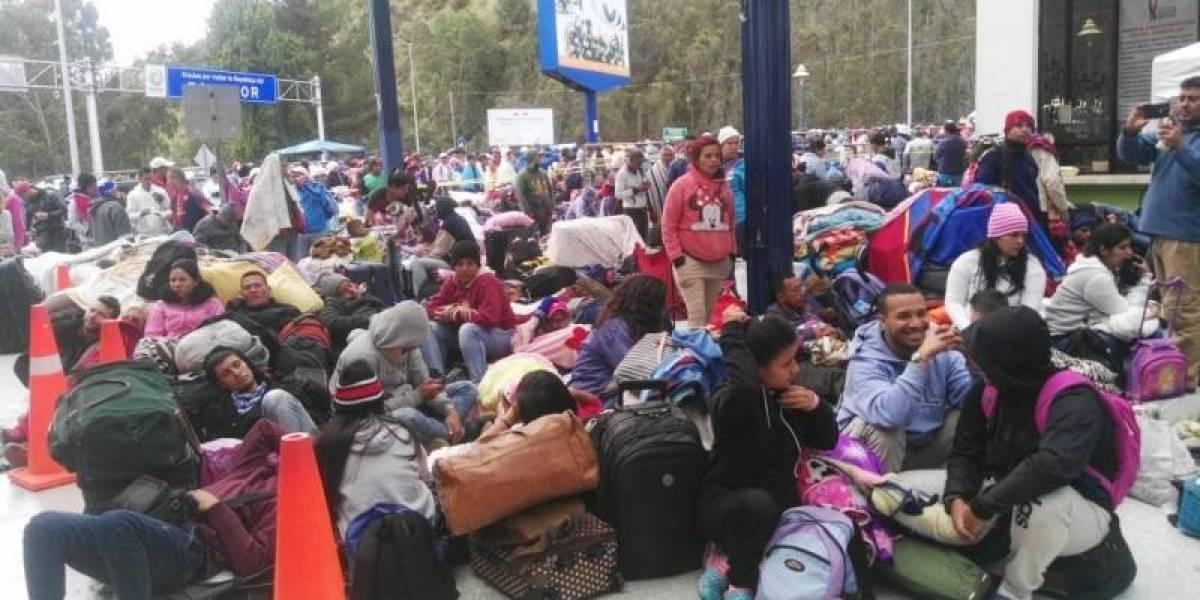 Miles de venezolanos llegan a frontera de Ecuador y Colombia