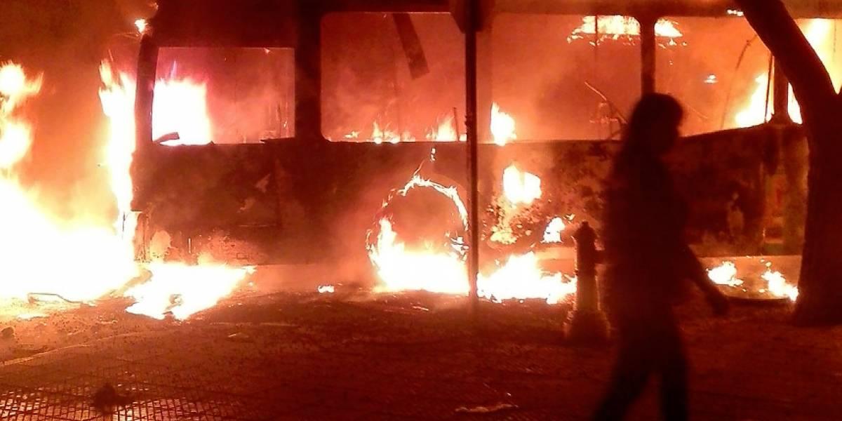 Encapuchados queman tres buses del Transantiago en barrio Yungay