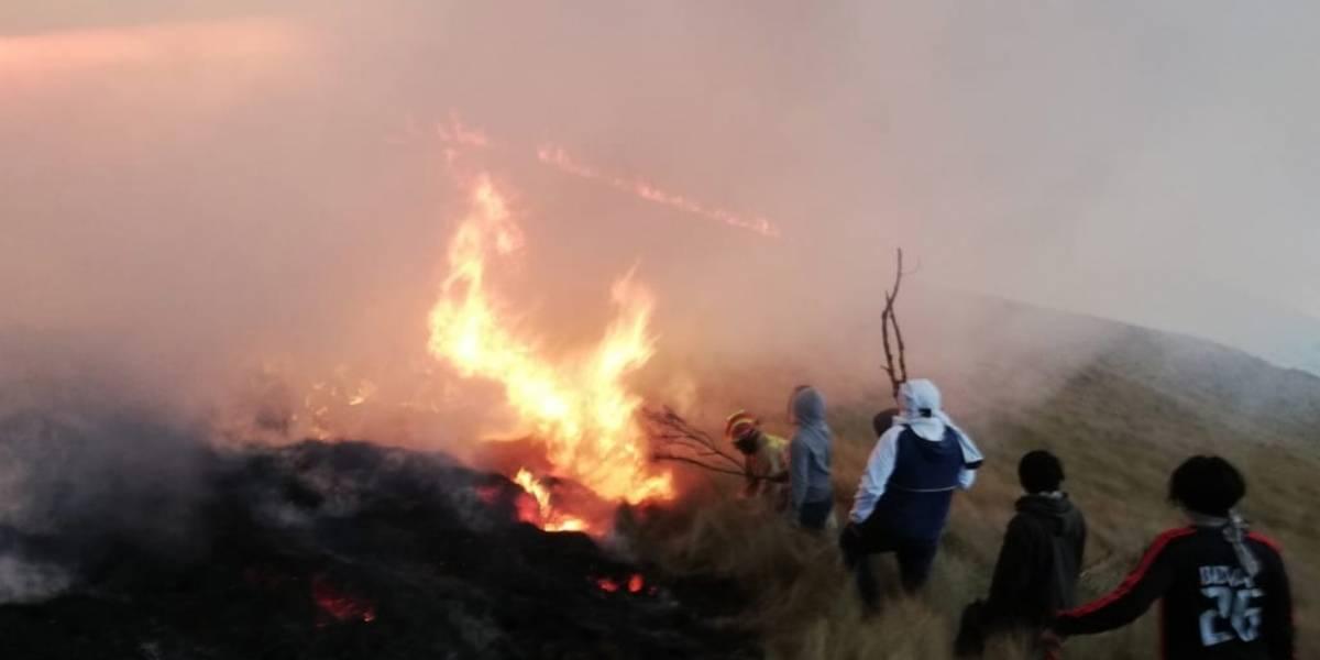 Segundo día que se combate incendio forestal en Otavalo