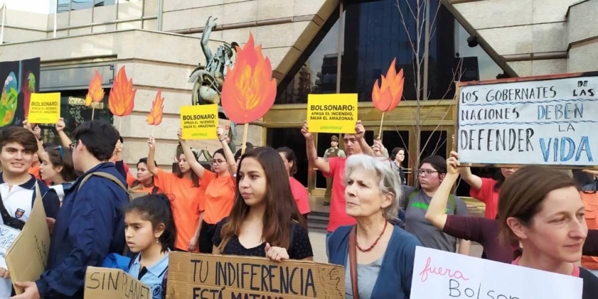 """Santiago se suma a protesta mundial por el Amazonas: """"Baja probabilidad"""" que el humo negro llegue a Chile"""