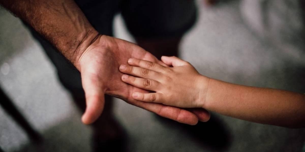 Joven esclavizó a madre y su hija de 5 años: encadenó a la pequeña y la dejó morir de sed bajo el sol