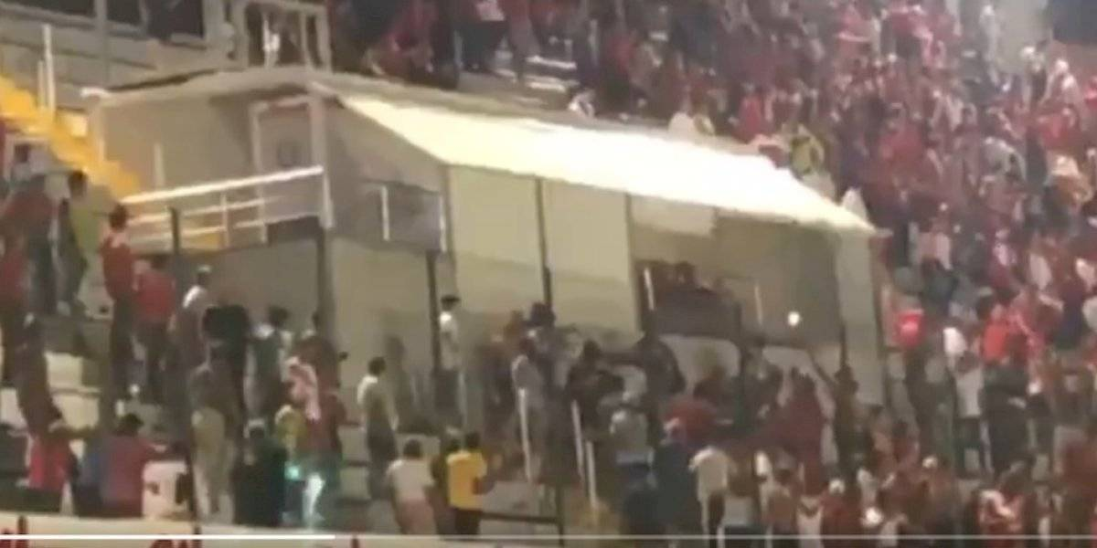 VIDEO: Aficionados de Veracruz intentan agredir a Fidel Kuri tras derrota ante San Luis