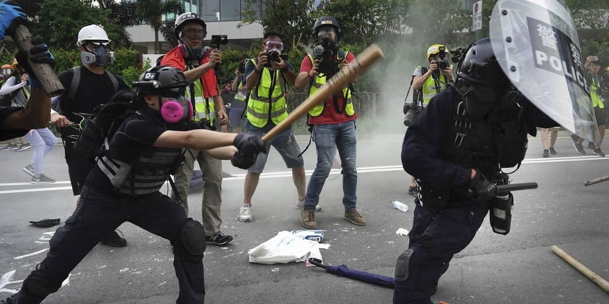 Aumenta la violencia en Hong Kong: manifestantes llegan armados con ladrillos y la policía vuelva a sacar los gases