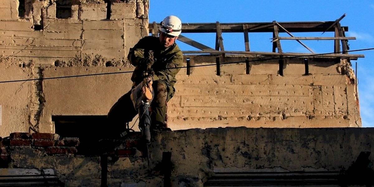 Voluntarios de bomberos descubren túnel con dirección a sucursal de Banco Estado en Valparaíso