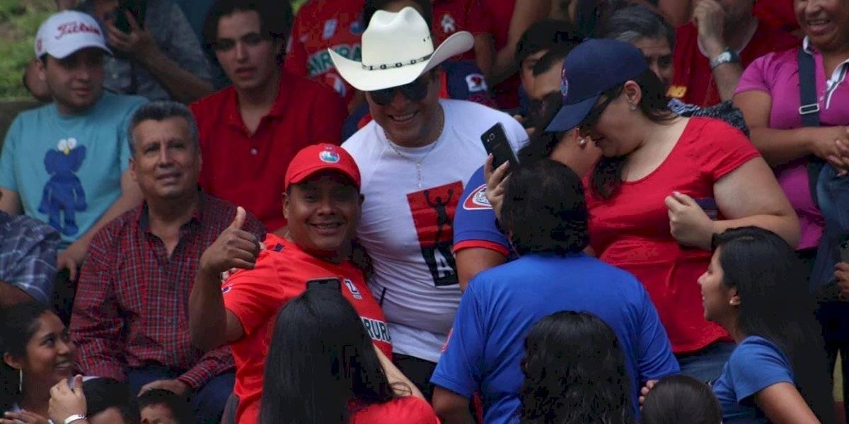 Neto Bran enloquece a la afición en su llegada al partido Municipal vs Mixco
