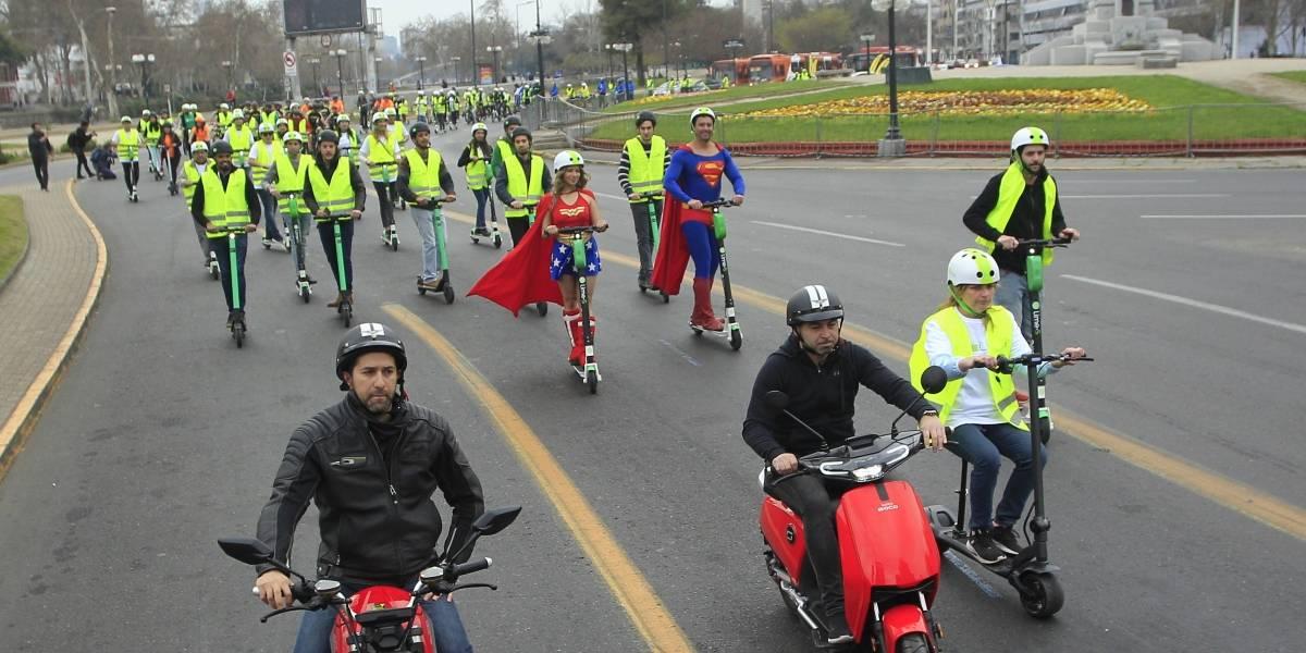 Marcha sobre ruedas: Santiago recibió curiosa y masiva caravana por la electromovilidad en Plaza Italia