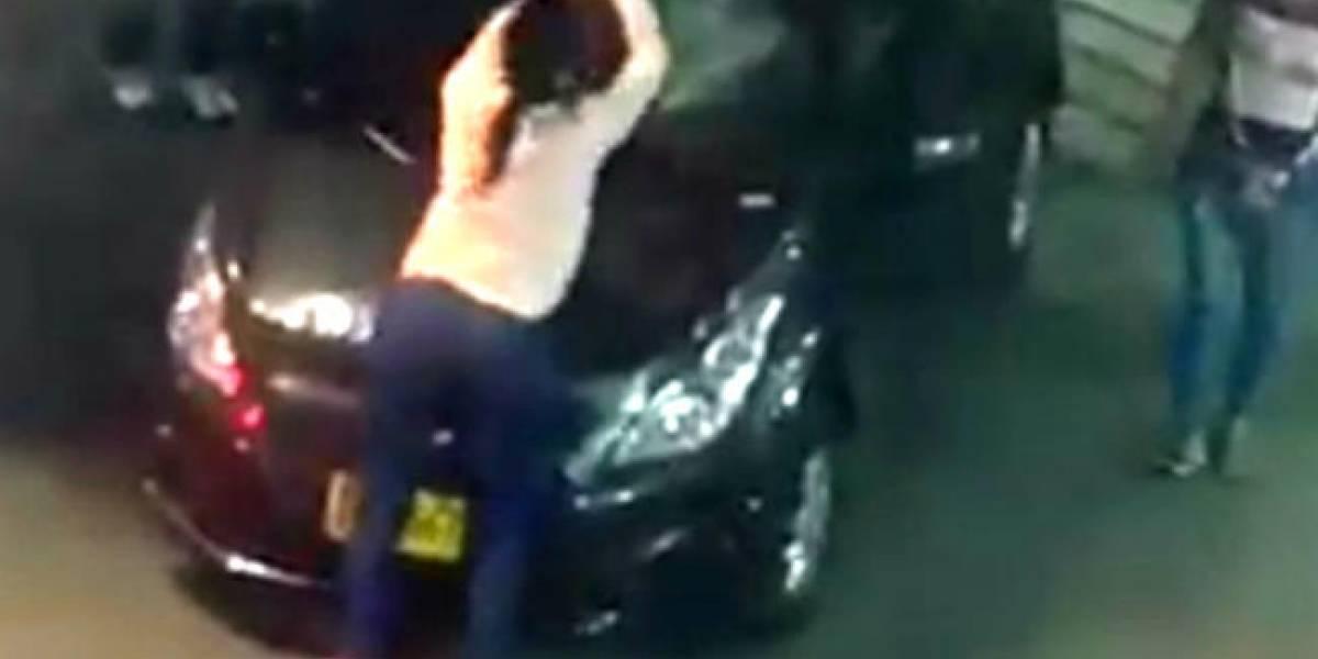 ¿Intolerancia? Mujer rompió parabrisas de un carro con un bate