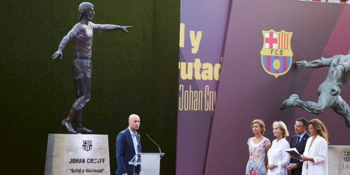 Barcelona devela la estatua de Johan Cruyff